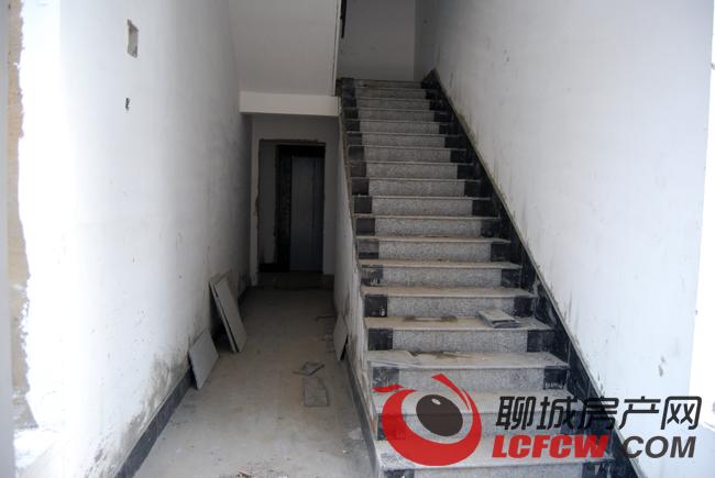 楼梯内大理石地砖已经贴好